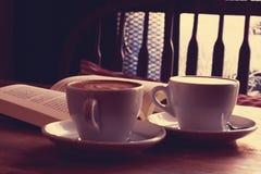 Schale Latte- oder Cappuccinokaffee auf Tabelle Lizenzfreie Stockfotos