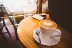 Schale Lattekaffee auf Holztisch Stockbild