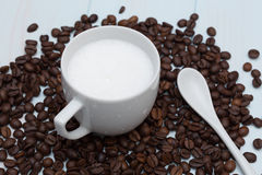 Schale Lattekaffee mit Bohnen Lizenzfreie Stockfotos