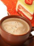 Schale Lattekaffee mit Kuchen Stockbild