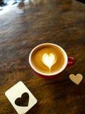 Schale Liebesherz Latte-Kunstkaffee lizenzfreies stockfoto