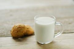 Schale Milch mit Hafermehlplätzchen Stockbilder