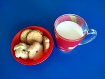Schale Milch mit Plätzchen Stockfotos