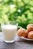 Schale Milch und Backen Lizenzfreies Stockbild