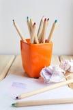 Schale mit bunten Bleistiften auf Holztisch Lizenzfreies Stockbild