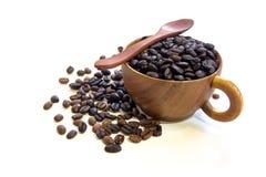 Schale mit den Kaffeebohnen lokalisiert auf weißem Hintergrund Lizenzfreies Stockfoto