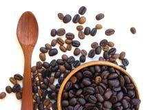 Schale mit den Kaffeebohnen lokalisiert auf weißem Hintergrund Stockfoto