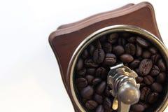 Schale mit den Kaffeebohnen lokalisiert auf weißem Hintergrund Stockfotografie