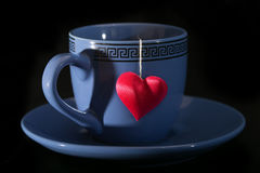 Schale mit einem Schatten in Form des Herzens und eines Herzens auf einem Thread Lizenzfreies Stockfoto