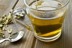 Schale mit grünem Tee auf hölzernem Hintergrund lizenzfreie stockfotos