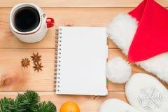 Schale mit heißem Kaffee, Notizblock und Niederlassung von neues Jahr ` s Fichte Lizenzfreies Stockfoto