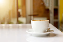 Schale mit heißem Lattekaffee stockfotografie