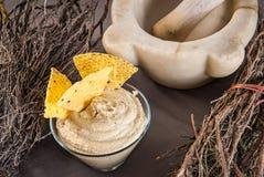 Schale mit hummus Aperitif, Nachos und traditioneller Dekoration Stockbild