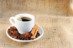 Schale mit Kaffee auf Untertasse Lizenzfreie Stockfotos