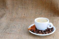 Schale mit Kaffee auf Untertasse Stockbild