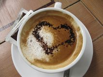 Schale mit Kaffee und gemaltem Herzen Stockfotografie