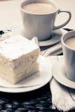 Schale mit Kaffee und Kuchen auf Tabelle Stockbilder