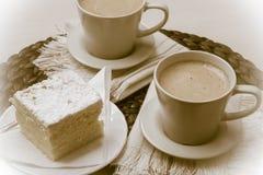 Schale mit Kaffee und Kuchen auf Tabelle Stockfoto