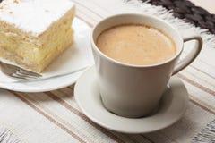 Schale mit Kaffee und Kuchen auf Tabelle Lizenzfreie Stockfotos