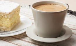 Schale mit Kaffee und Kuchen auf Tabelle Stockbild
