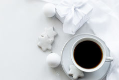 Schale mit Kaffee, weißer Geschenkbox, Plätzchen und Weihnachtsbällen, hallo Lizenzfreie Stockbilder