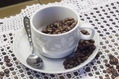 Schale mit Kaffeebohnen Stockfotos