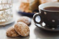 Schale mit schwarzem Tee und Kuchen Stockbilder