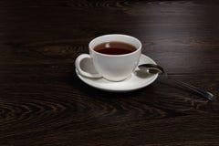 Schale mit Tee auf dem Tisch Lizenzfreie Stockfotos