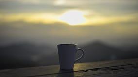 Schale mit Tee auf Tabelle über Bergen gestalten landschaftlich Lizenzfreie Stockfotografie