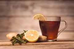 Schale mit Tee, Minze, Zitrone und Ingwer lizenzfreie stockfotos