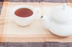 Schale mit Tee- und Teekanneno Tabelle Stockbild