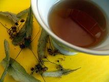 Schale mit Tee von den Kalkblumen und von getrockneter Linde blüht mit Blättern Stockbild