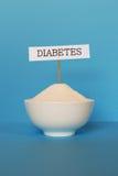 Schale mit Zeichen des raffinierten Zuckers und des Diabetes Lizenzfreie Stockfotos