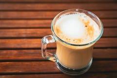 Schale oder Glas Kaffee mit weißem Schaum auf hölzerner brauner Tabelle, mit Kopienraum, Draufsicht stockfoto