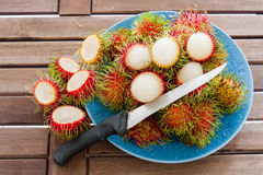 Schale Rambutan mit Messer stockfotografie