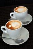 Schale schäumender Cappuccino auf einem schwarzen Hintergrund Lizenzfreies Stockbild