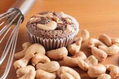 Schale Schokoladen-Kuchen-Schokoladenkuchen mit Acajounüssen auf hölzernem Backgr Lizenzfreies Stockbild