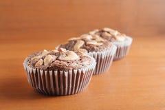 Schale Schokoladen-Kuchen-Schokoladenkuchen mit Acajounüssen auf hölzernem Backgr Stockbild