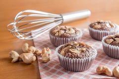 Schale Schokoladen-Kuchen-Schokoladenkuchen mit Acajounüssen auf hölzernem Backgr Stockfoto
