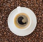 Schale schwarzer Kaffee über Bohne umfasste Hintergrund Lizenzfreie Stockfotos