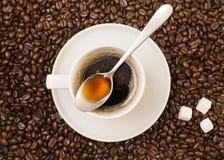 Schale schwarzer Kaffee über Bohne umfasste Hintergrund stockfotos