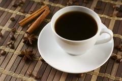 Schale schwarzer Kaffee lizenzfreie stockbilder