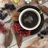 Schale schwarzer Kaffee auf dem rustikalen Hintergrund Stockfotos