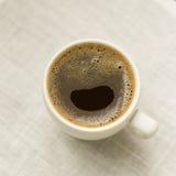 Schale schwarzer Kaffee auf einer weißen Tischdecke Stockfotos