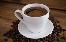 Schale schwarzer Kaffee auf hölzernem Hintergrund lizenzfreie stockfotografie