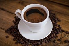 Schale schwarzer Kaffee auf hölzernem Hintergrund stockfotos
