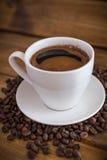 Schale schwarzer Kaffee auf hölzernem Hintergrund lizenzfreies stockbild