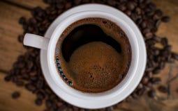 Schale schwarzer Kaffee auf hölzernem Hintergrund lizenzfreie stockfotos