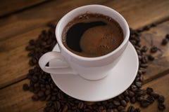 Schale schwarzer Kaffee auf hölzernem Hintergrund stockbilder