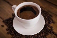 Schale schwarzer Kaffee auf hölzernem Hintergrund lizenzfreie stockbilder